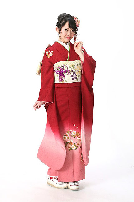 裾にかけてグラデーションになったシンプルな赤のお振袖。